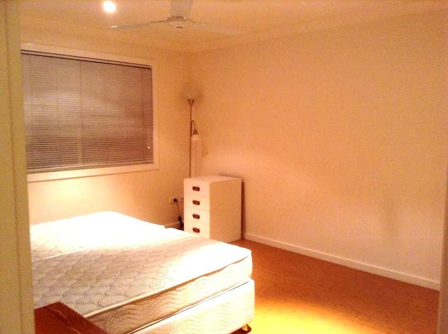 Spacious room near hospital, town - Bundaberg West - Townhouse