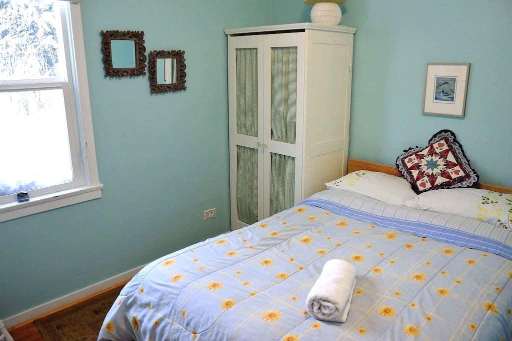 Cozy quiet Blue room in Rossland - Rossland - House