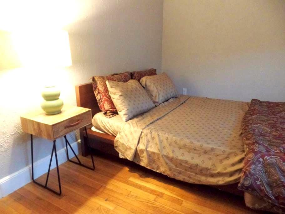 Comfortable room with a Queen bed - Chelsea - Ev