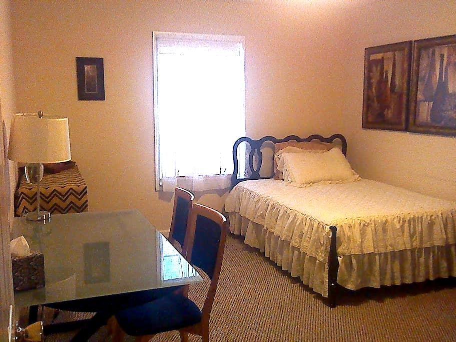 Comfortable and Centric!  - Clarksville - Casa