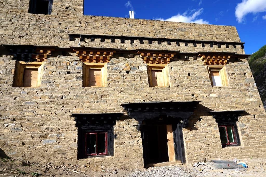 Tibetan building inside the village - Garze - Schloss