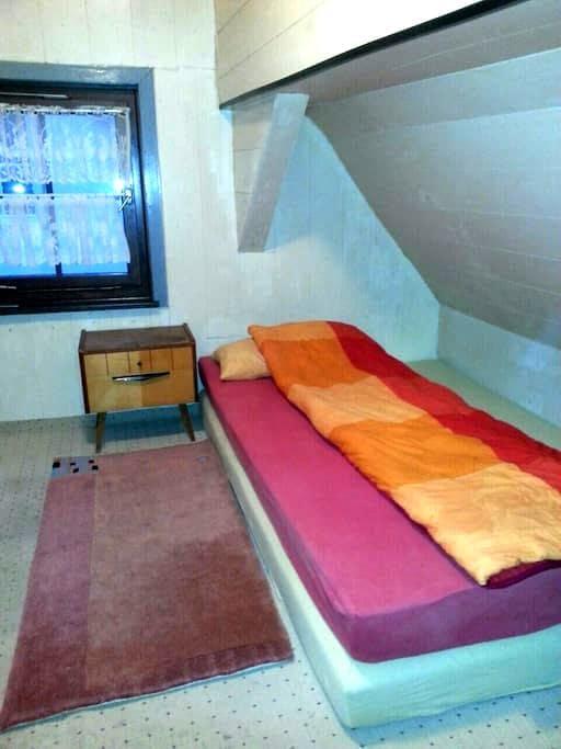 Zimmer im Zentrum der Daimlerstadt - Schorndorf - House