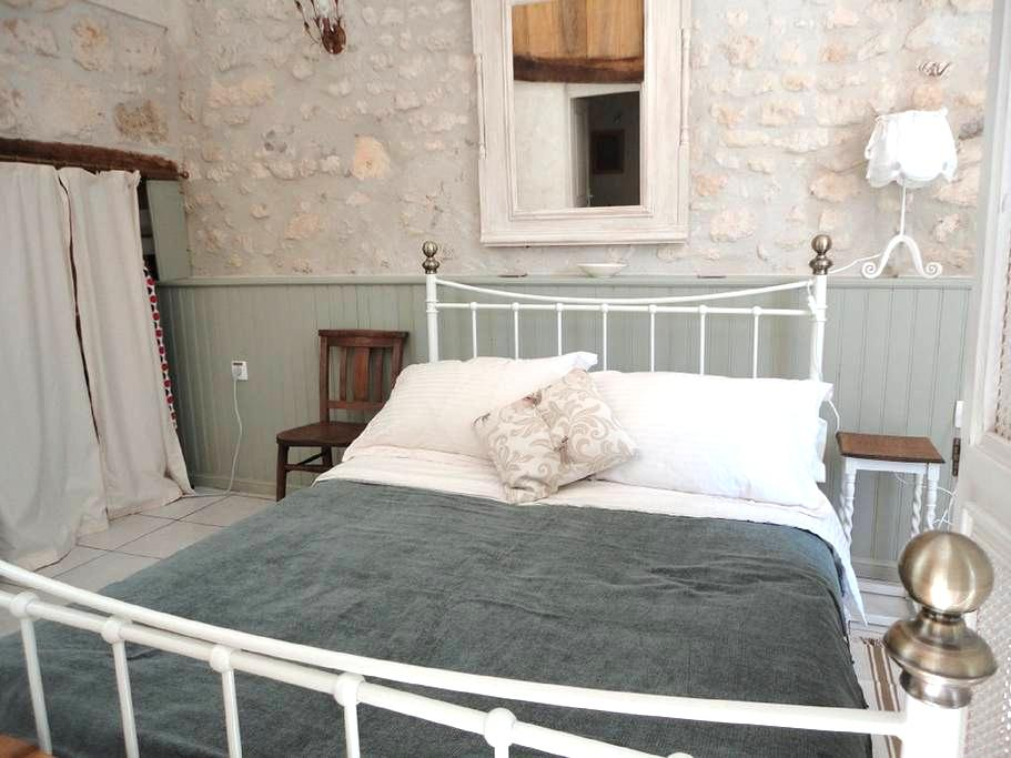 Spacious studio in converted barn - Saint-Palais-de-Phiolin