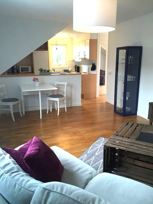 Lägenhet 2 nära city med fantastisk trädgård - Varberg - Apartamento