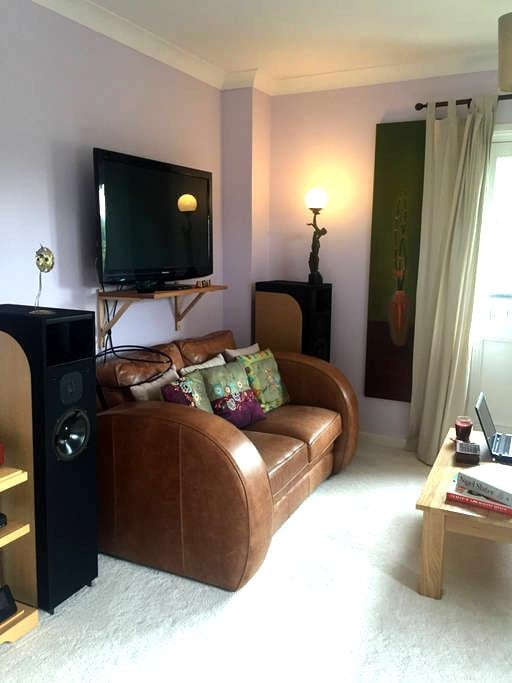 Double or Single Bedroom in Superb Apartment Block - New Alresford