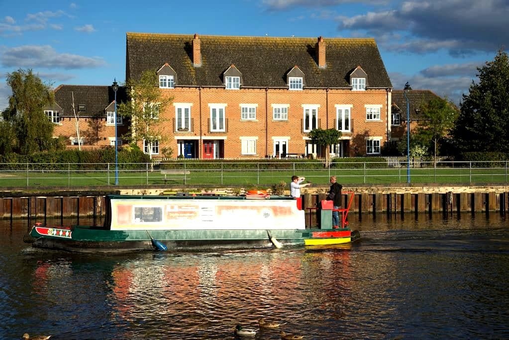 Room Two: House with Beautiful Canal View - Hardwicke - Bed & Breakfast