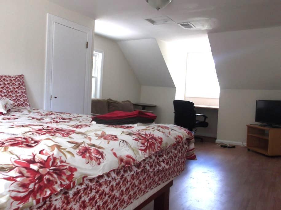 Bedroom & private bath  in suitland - Morningside - Casa