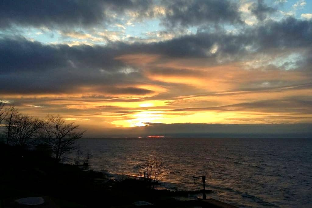 Sunsetcove 2- Lake Erie beach house - Geneve