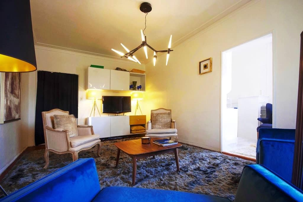 Prime Spot!  DT Beverly Hills; Easy Walk to Rodeo! - Beverly Hills
