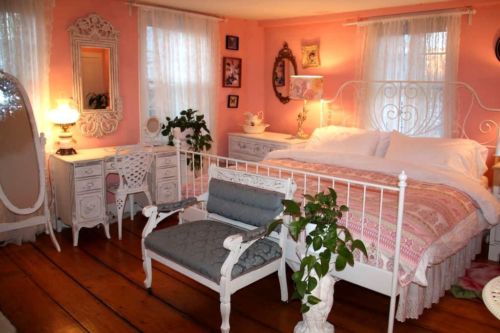 Suite with  king size bed in the Center of Salem. - Salem