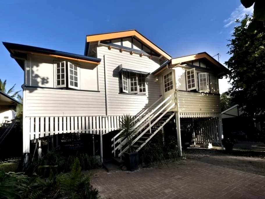 Double Bedroom in Paradise Central - Mooroobool - Rumah