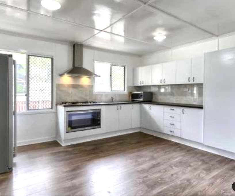 Modern spacious design 8k from CBD! - Stafford Heights - House