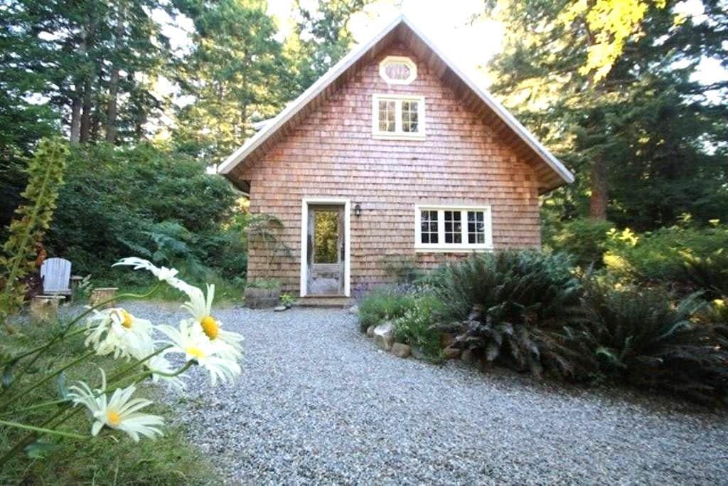 Perrywinkle Cottage, Quadra Island - Comox-Strathcona J