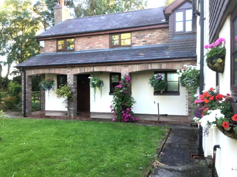 Quite Rural Self Contained Annexe - Cheshire East