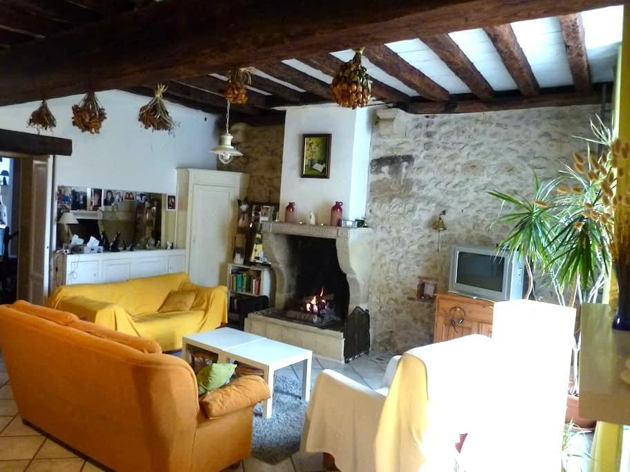 4 Chambres dans ravissant village médiéval - Rions - 一軒家