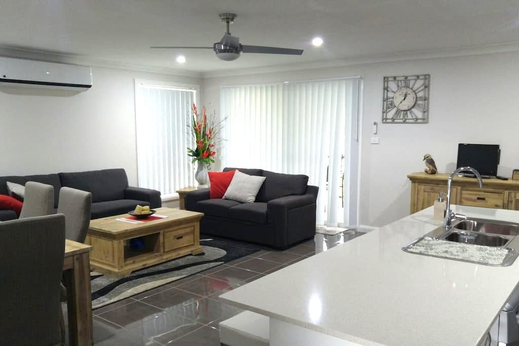 Brand new modern home in Tamworth, ready for TCMF. - Tamworth - Hus