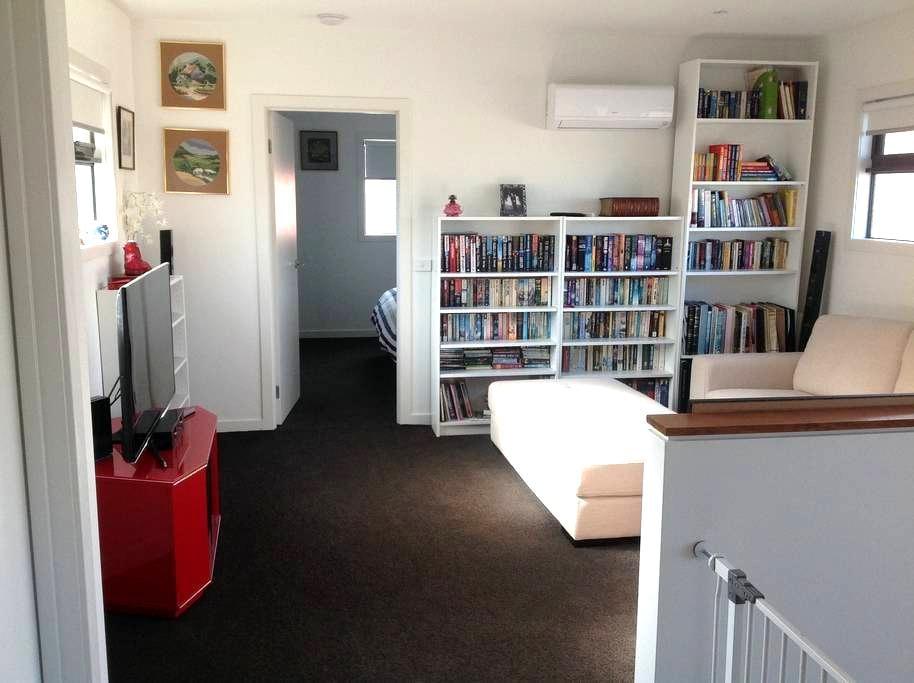 Unwind in your own upstairs space - Mornington - Radhus