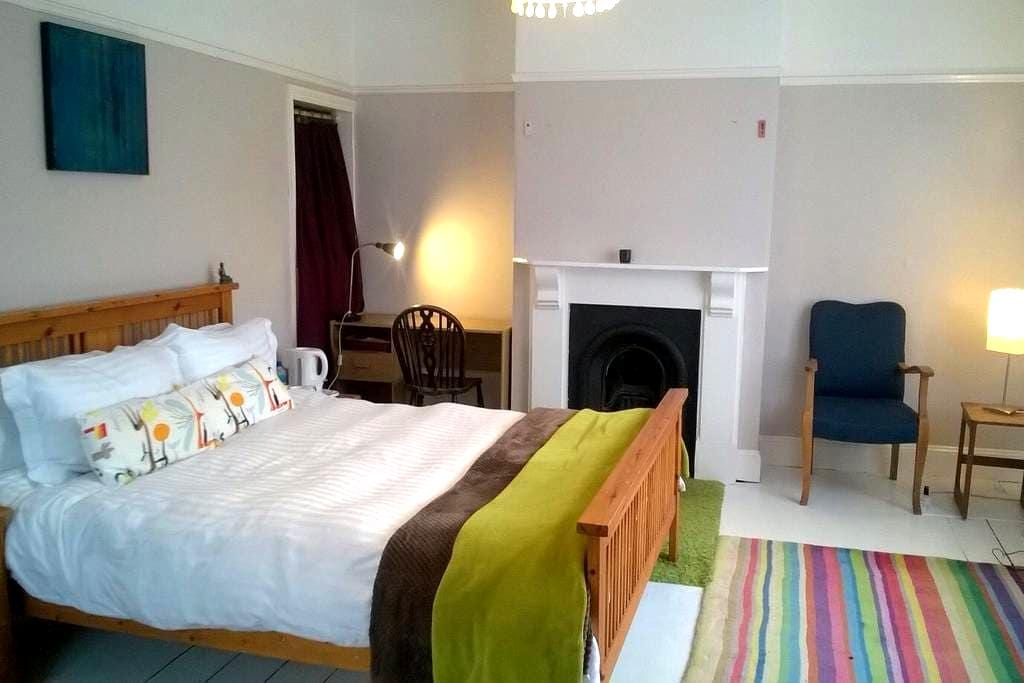 Spacious cosy king size. Creative & vibrant area. - Bristol