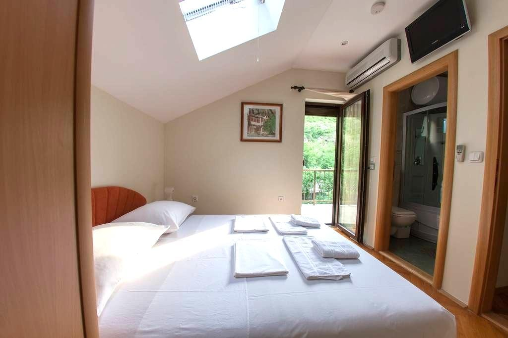 Double Room with Private Bathroom and Balcony - モスター