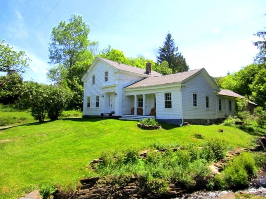 Entire 1850 Country House or 1 Room - Charlotteville