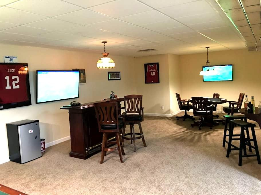 Fun 2br Basement W/Pool Table & Bar - Bloomington - Dom