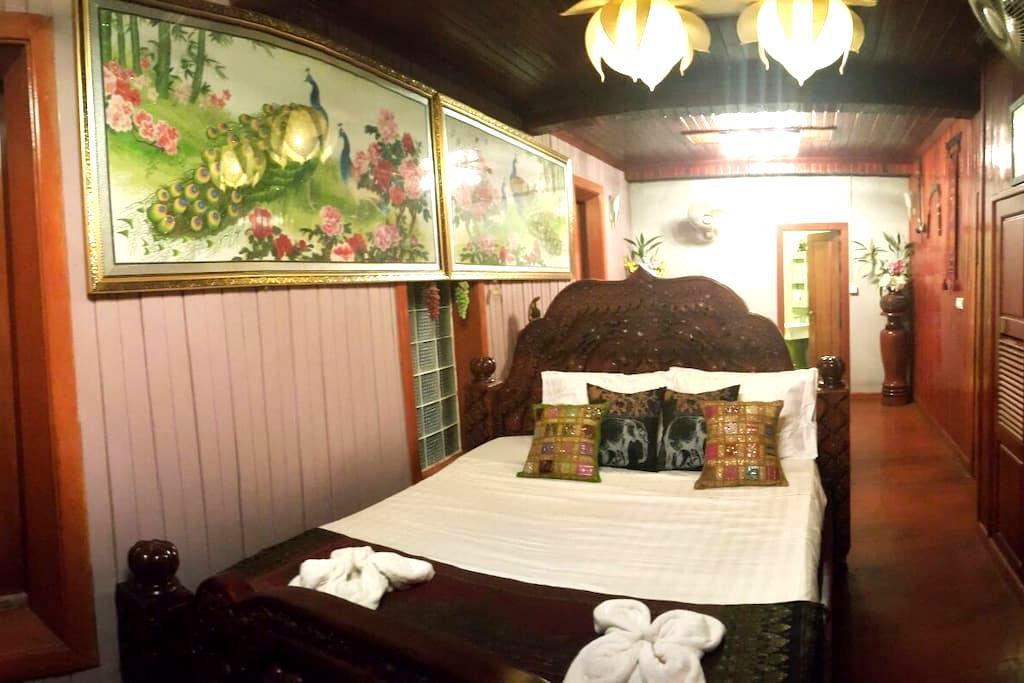 red frangypani - Krong Siem Reap - บ้าน
