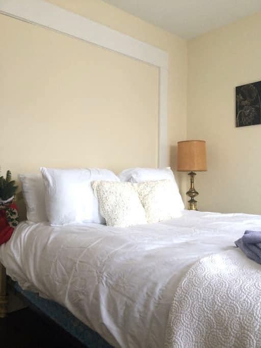 Little House Inn - Kennel Wall Room (dog friendly) - Rumney - Bed & Breakfast