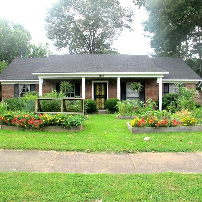 The Suburban Farm - Bartlett - Hus