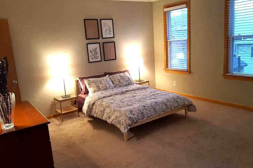Charming 2bd home in heart of Upper Lawrenceville - Питтсбург - Дом