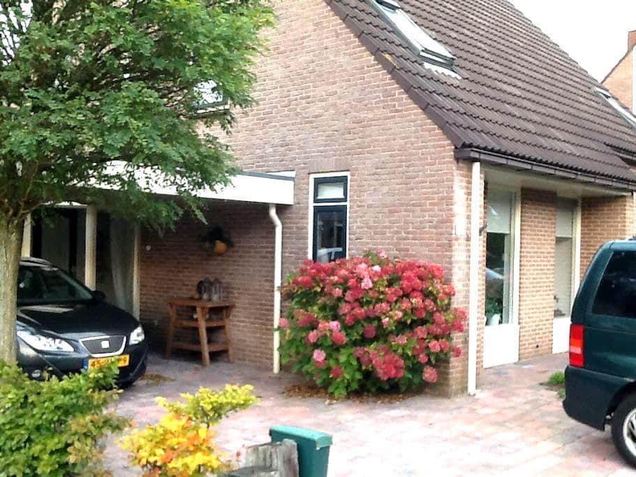 Gezinswoning, 2 onder 1 kap met carport - Beilen - House