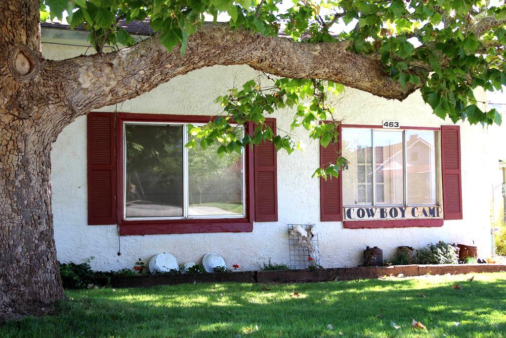 Cowboy Camp Home 3 BR, Vintage Decor - Blanding