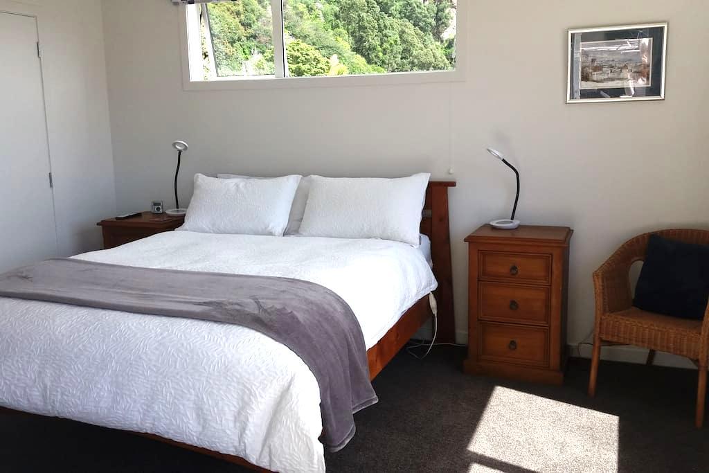 Easy walk to town, river and White Island Cruises - Whakatane - House