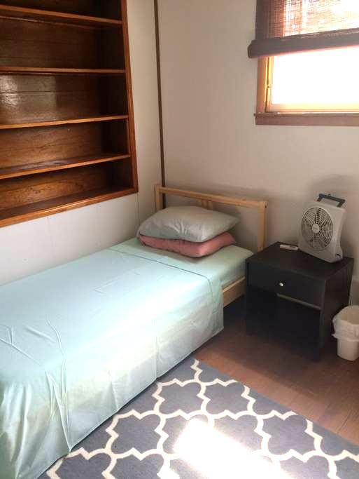 Bedroom near Train - Lansdale
