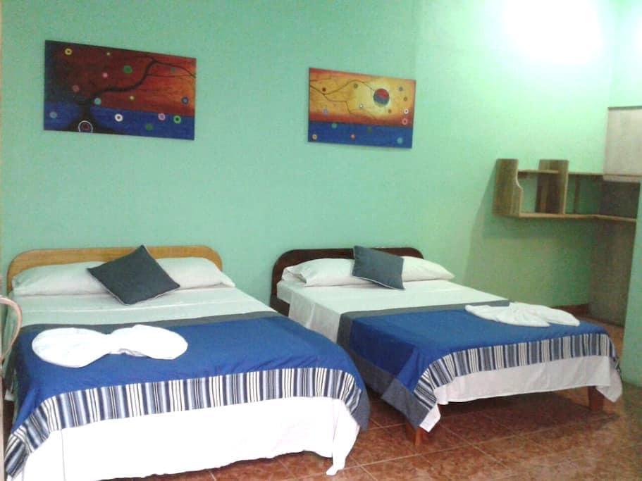 Quiet Room with A/C near park and beach - Quepos - Casa de campo