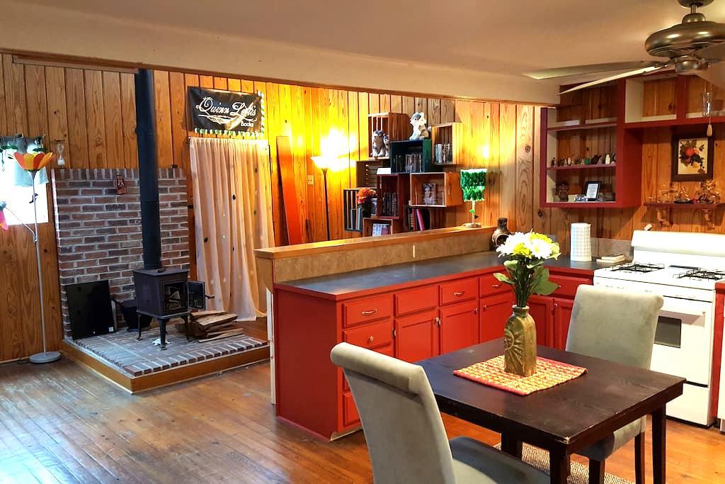 Beautiful Getaway Cabin in Hackett - Hackett