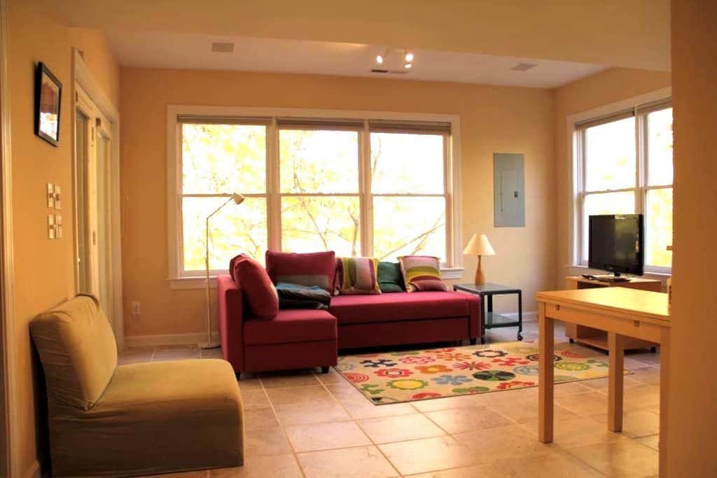 Clean apt near UNC with wooded view - Chapel Hill - Flat