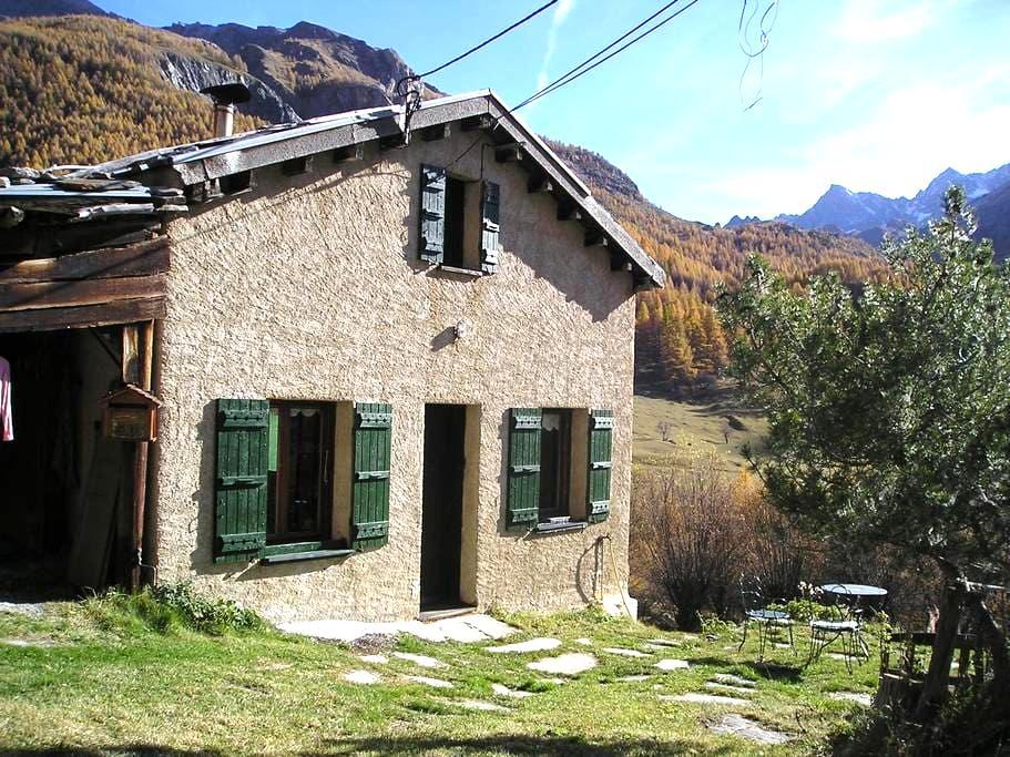 petite maison de montagne isolée en pleine nature - Saint-Paul-sur-Ubaye - Chalet