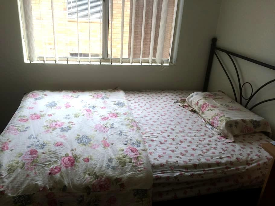 spacious single room with furniture - Strathfield - Andet