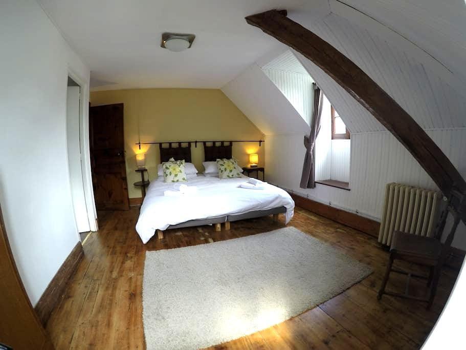 Spacious en-suite bedroom - Second floor - Bagnères-de-Luchon - ที่พักพร้อมอาหารเช้า