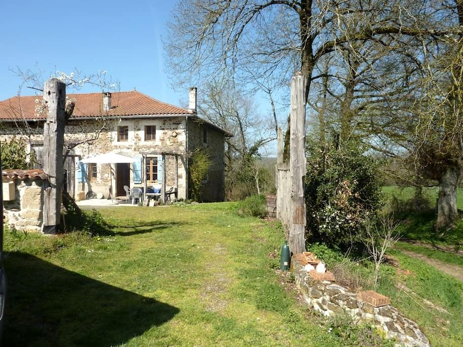 Charming farmhouse in a big garden - Chassenon - Byt