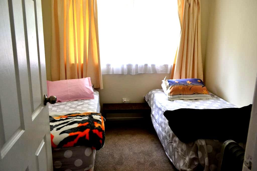 """""""A cosy room in a family home"""" - Auckland - Inap sarapan"""