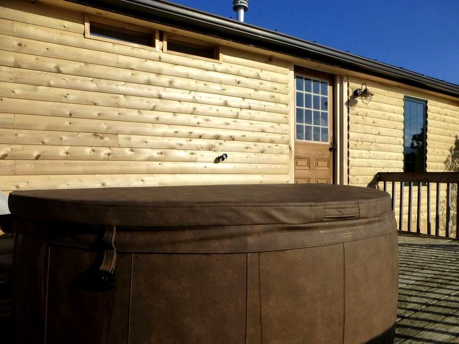 Stowe Log Cabin: Fireplace | Hot Tub | Mtn. Views - Morristown - House