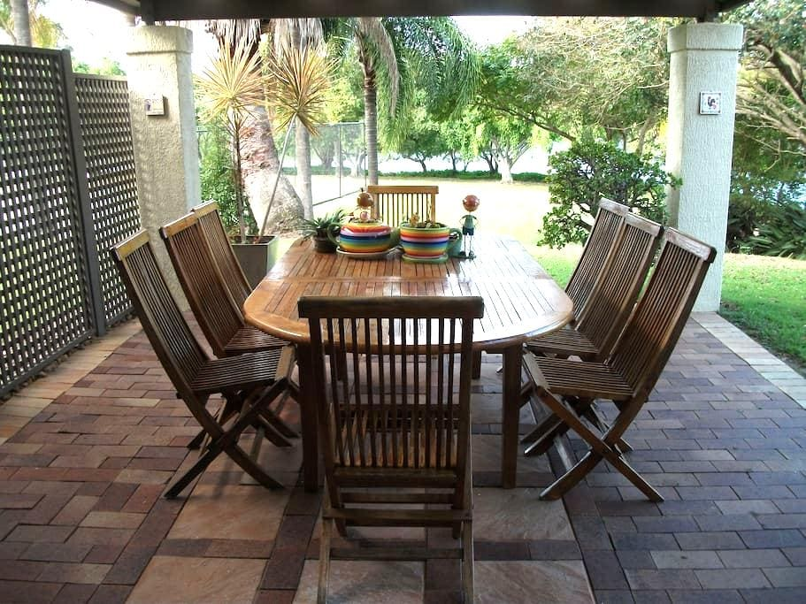 Sun drenched Palm filled Resort - Robina - Bed & Breakfast