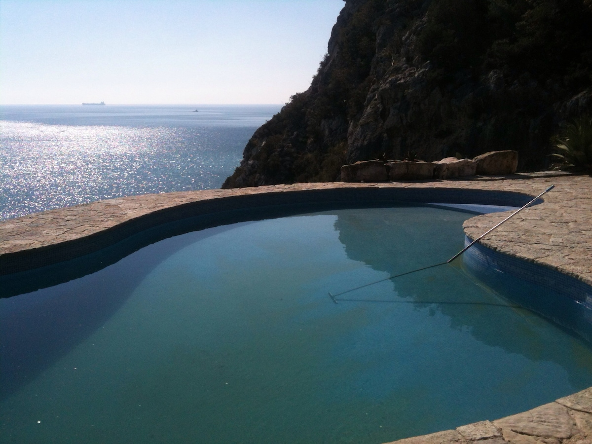 Cliff duplex with stunning seaview