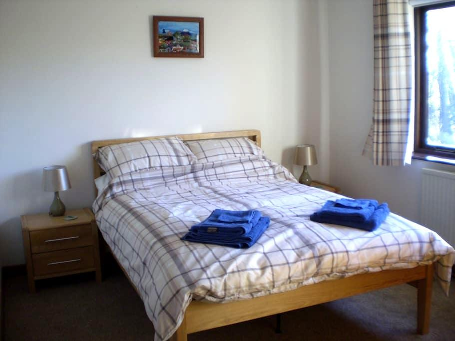 Double Room, Breakfast and Parking - Pencoed - Bangalô