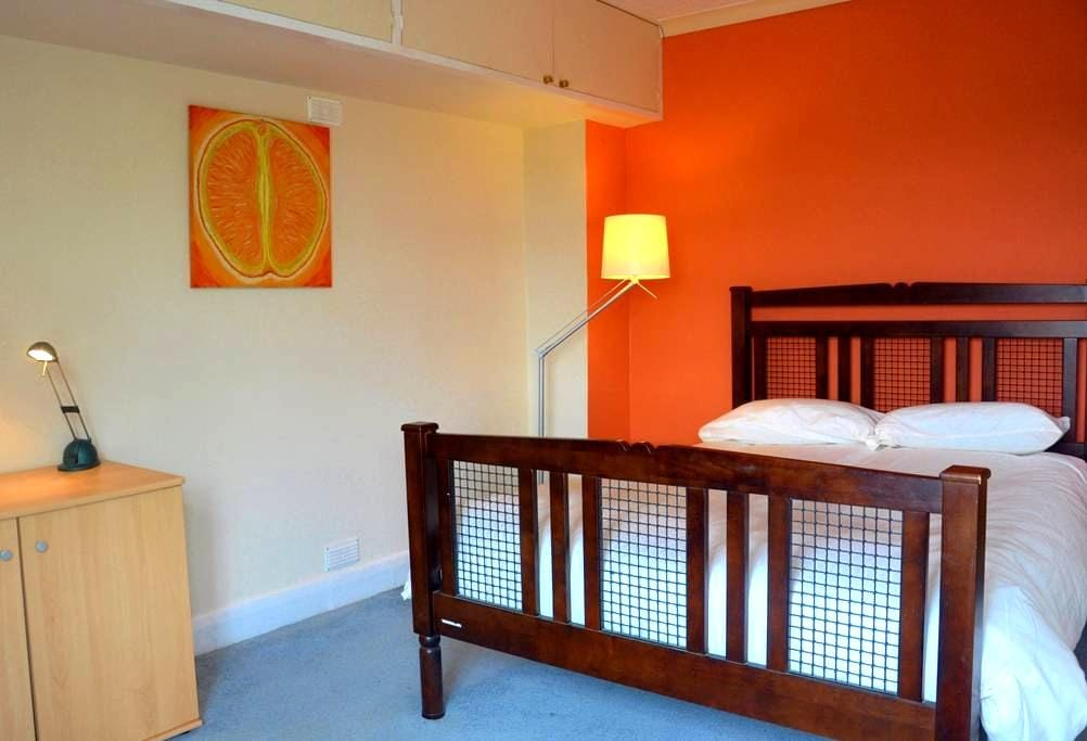 Double room in musical house in handy location - Godalming - Ház