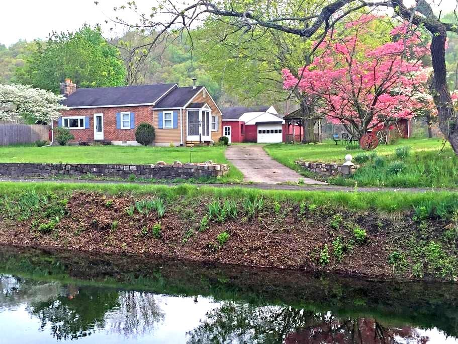 Canal Side Cottage - Bucks County - Upper Black Eddy - Huis