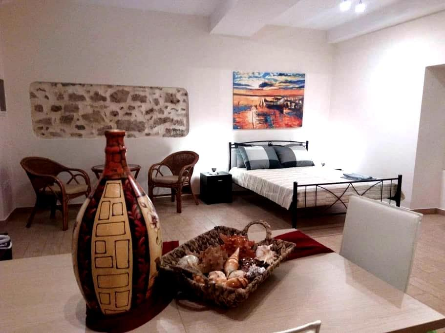 SPACIOUS PRIVATE STUDIO IN THE HEART OF CORFU TOWN - Kerkira - Apartment
