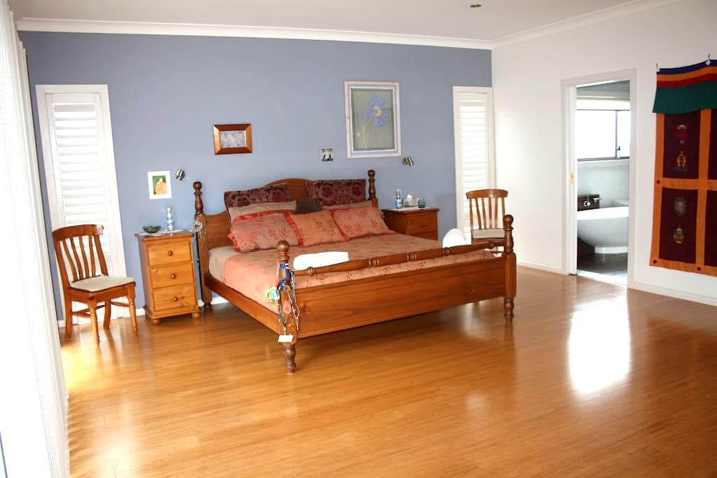 Byron Bay Hinterland luxurious, beautiful room. - Goonengerry