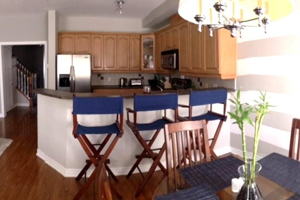 Bright, spacious bedroom & private bath - Burlington - Casa